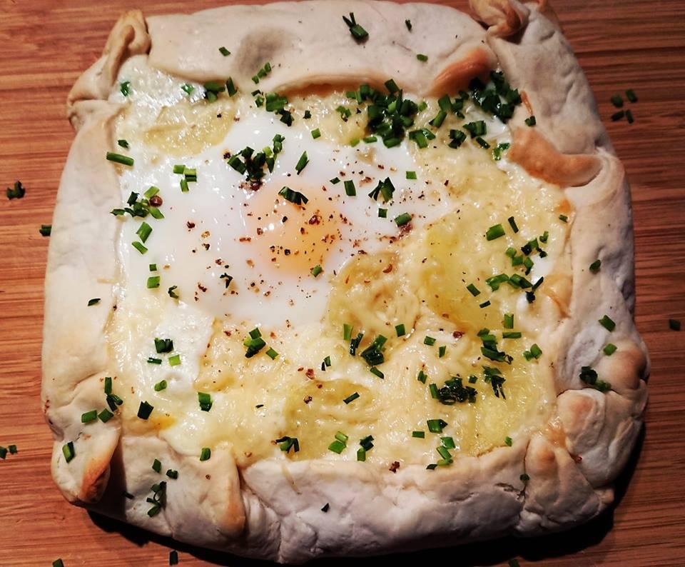 Chausson pommes de terre, lardon et reblochon