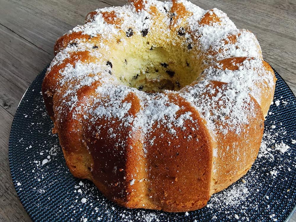 Gâteau de Savoie aux pépites de chocolat, sucre glace, assiette bleue