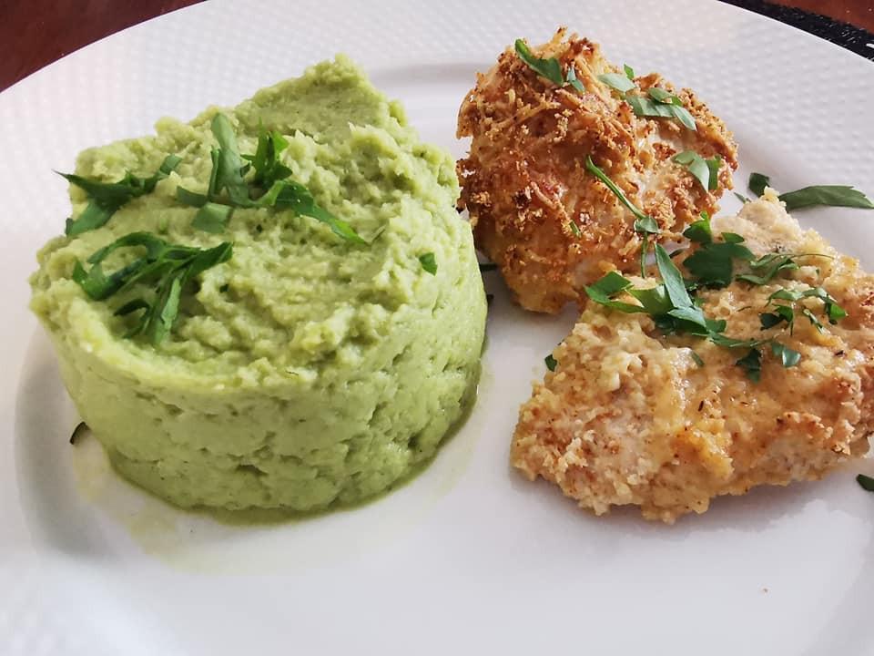 Escalpes de poulet aux amandes, purée de brocolis, vert, assiette blanche, persil