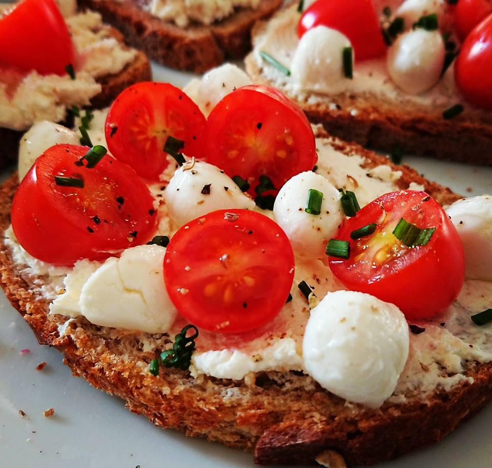Tartine de pain complet, fromage frais, tomate mozzarella