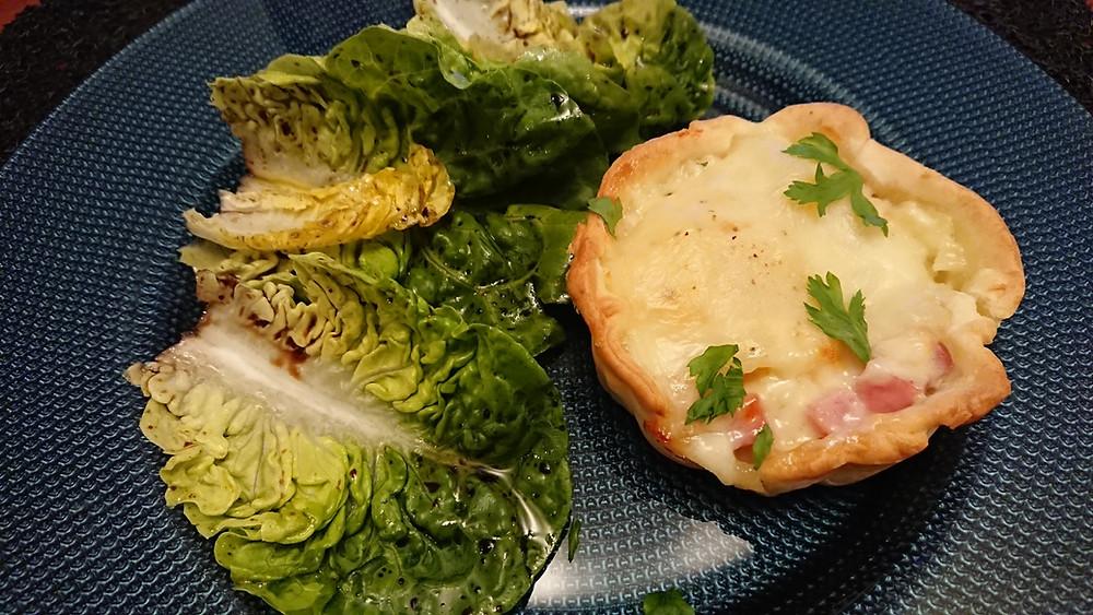 Tartelette au fromage fondu façon raclette sur lit de salade