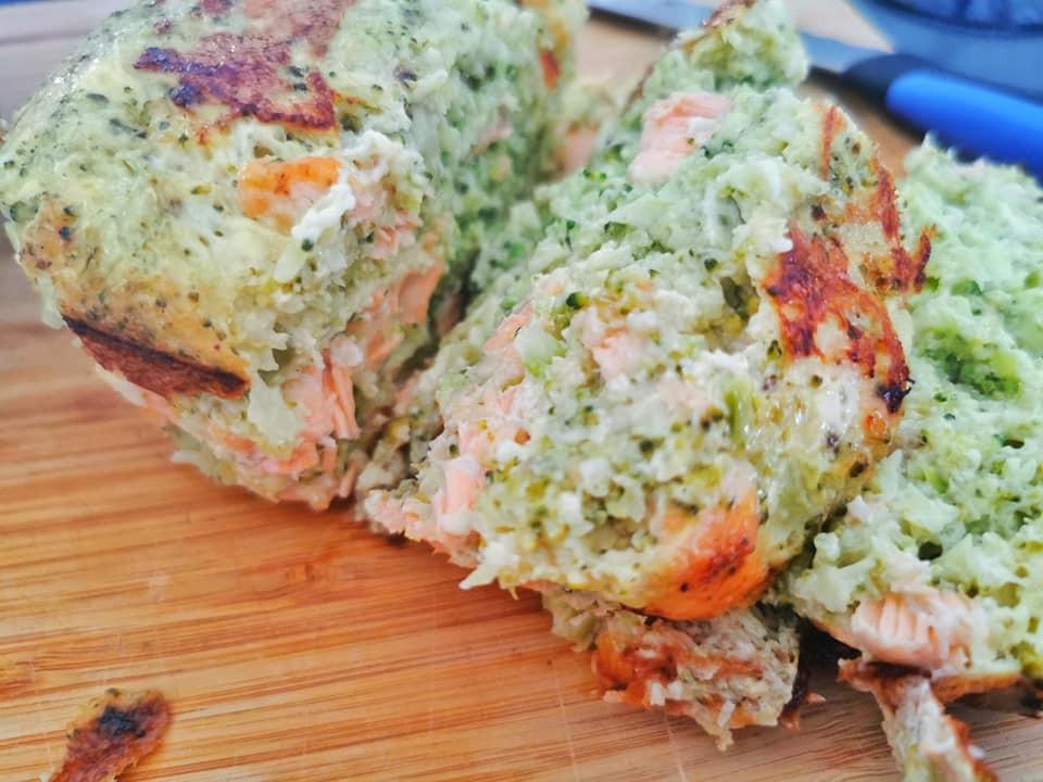 Terrine saumon brocolis tranchée, planche bois couteau