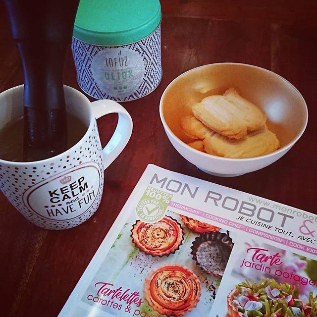 Petite pause gourmande et lecture, magasine Mon Robot et Moi et les fameux biscuits alsaciens.