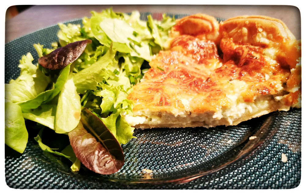 Tarte aux 3 fromages, salade verte
