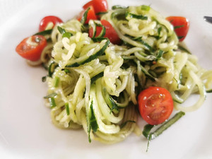 Salade de spaghetti de concombre et tomates cerises avec le Spiralizer Junior