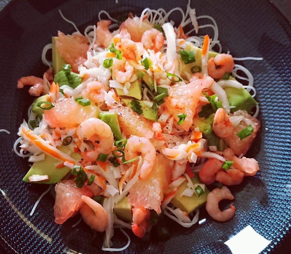 salade aux saveurs d'asie avec des vermicelles de riz, avocat, crevettes, crabe et pamplemousse. Assiette gourmande et colorée