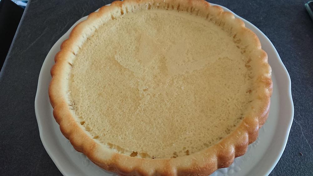 Génoise, base de la tarte renversée sucrée Tupperware dans le moule à garnir