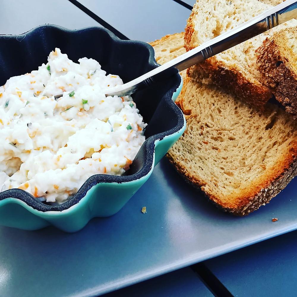 Rillettes légères surimi fromage blanc et toasts grillés de pain de son
