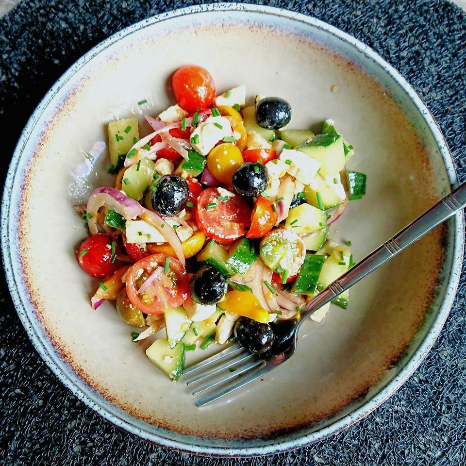 Salade grecques estivale au concombre, tomates, feta, olives noires et oignon rouge