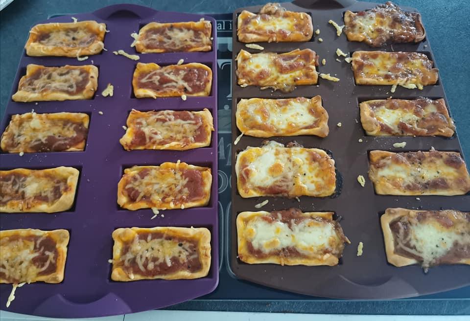 Pizza dans les moules à financiers Tupperware. Moule violet. Pizza bolognaise mozzarella
