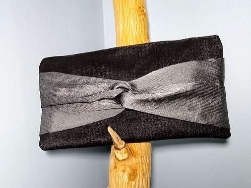 Twisted knot clutch