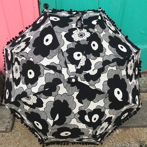 大きな黒いお花のポンポン日傘