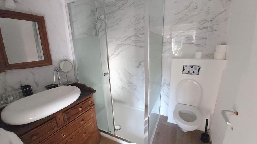 la salle de douche du studio