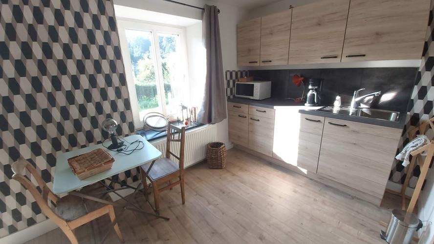 la cuisine du studio avec accès à la terasse