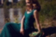 Девушка у озера, художественный портрет