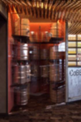 Фрагмент бара, стойки с пивными кегами
