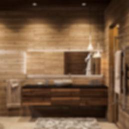 раковина из камня, зеркало с подсветкой, дерево в ванной комнате