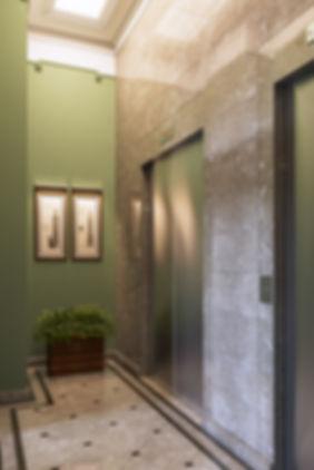 Лифтовой холл в здании, визуализация классики, помещение лифтов, 3d виз лифтового холла в ЖК