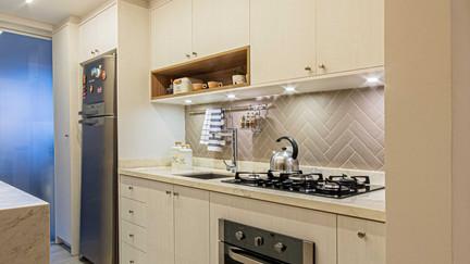 Os acabamentos em cores claras ampliam a cozinha.