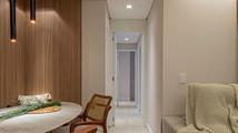 A porta no corredor serve para dar privacidade à área íntima do apartamento.