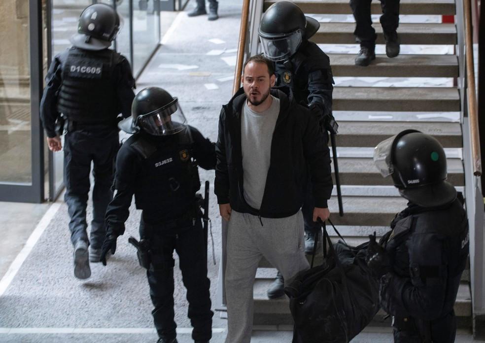 Na Espanha, polícia invade universidade e prende rapper condenado por letras com ofensas à monarquia e referências ao ETA.