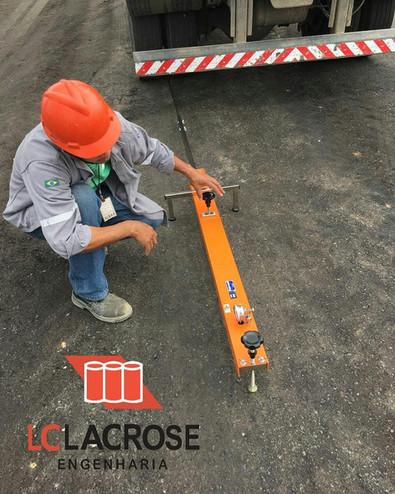 Determinação da deformação reversível máxima (medições deflectométricas) em pavimentos através da Viga Benkelman.