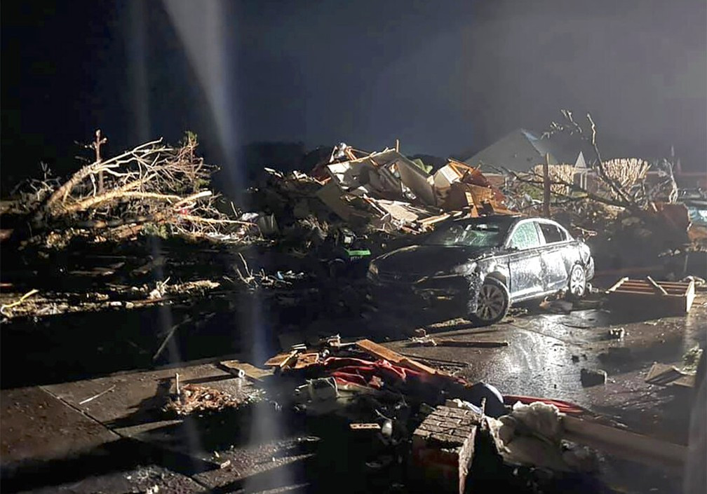 Tornado na Carolina do Norte, EUA, deixa mortos e feridos.