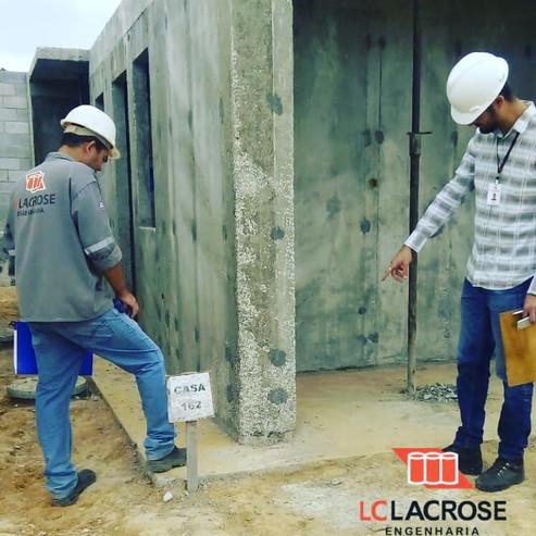 Monitoramento de parede de concreto moldado in locu de acordo com a NBR 16055 (ABNT, 2012). O monitoramento acontece com visitas em obra, onde é verificada a aplicação dos procedimentos referentes ao sistema construtivo e feitas inspeções dos serviços em andamento no campo, tais como: fundação profunda/rasa, armação em aço, fôrmas, elétrica, hidráulica, etc.