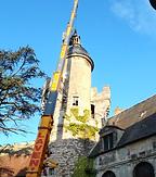 Vue de la grue retirant le clocher de la tour pour débuter les restaurations