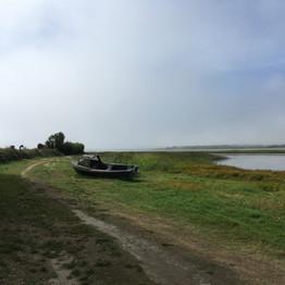 Um barco naufragado na praia