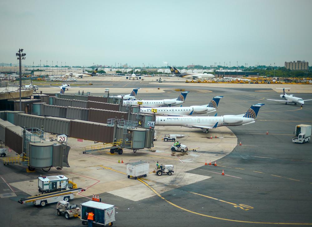 Blick vom Air Train auf das treiben an den Gates