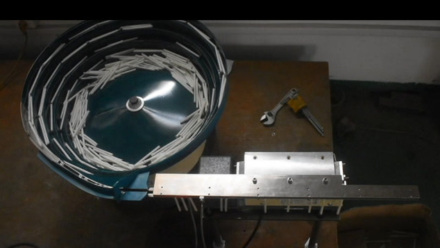 Vibračný kruhový zásobník s PE postrekom