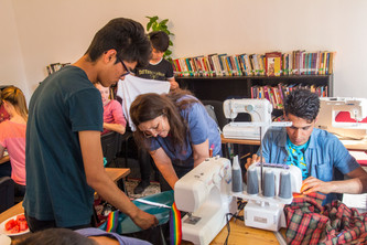 Sewing workshops for young Germans and young refugees in Germany