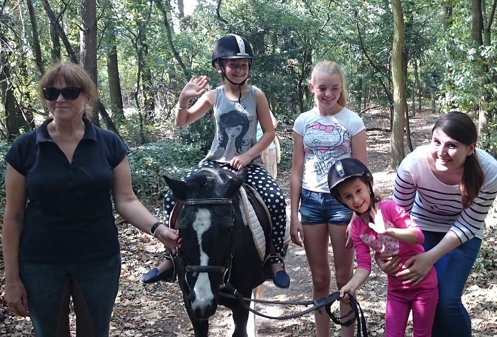 """""""Das Pferd soll auch mal springen"""", sagte Melissa nach 5 Minuten auf dem Pony."""