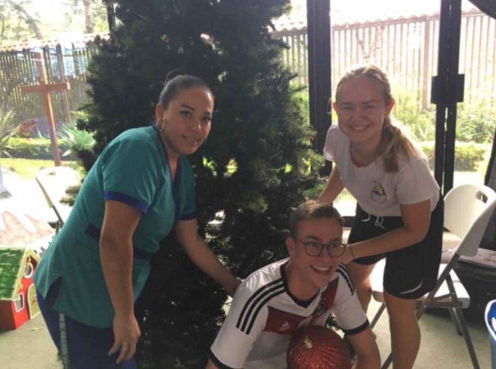 Die Freiwilligen beim Tannenbaum aufstellen