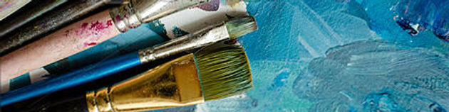 artist-paint-brushes-on-the-wooden-stock