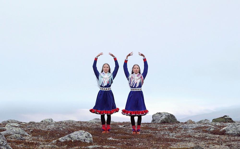 Marja Helanderin saamelaisalueiden omistajuutta käsittelevä kiehtova ja humoristinen lyhytelokuva Maan sisällä linnut -elokuvassa saamelaiset balettitanssijat tanssivat halki Saamenmaan kylien ja menetettyjen metsien aina sinne, missä suuret päätökset tehdään.