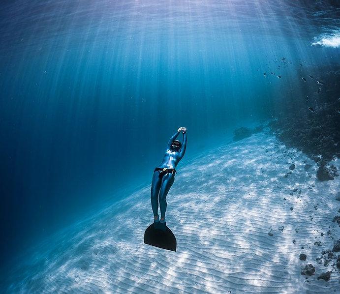 csm_female_freediver_monfin_diving_on_ba