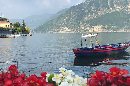 סירה כחולה באגם