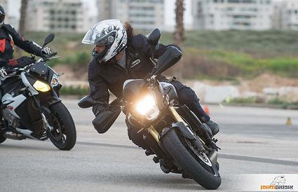אופנוען בהטיה עם מבט הצידה