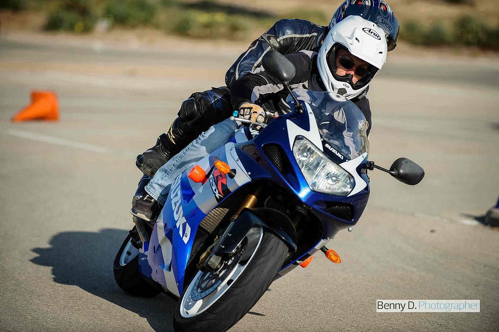 אופנוע ספורט בהרכבה, סוזוקי ג'יקסר בצביעה כחול לבן, מגרש אימונים אופנוען מאומן, GSX1000R SUZUKI