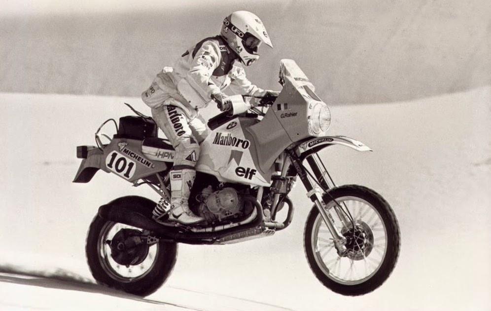אופנוע ראלי חוצה את המדבר, שחור לבן