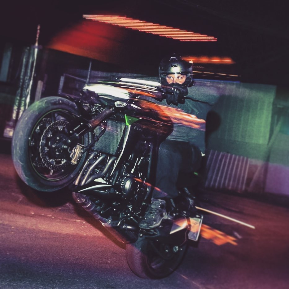 צילום לילה, אופנוע בווילי, אורות מרוחים