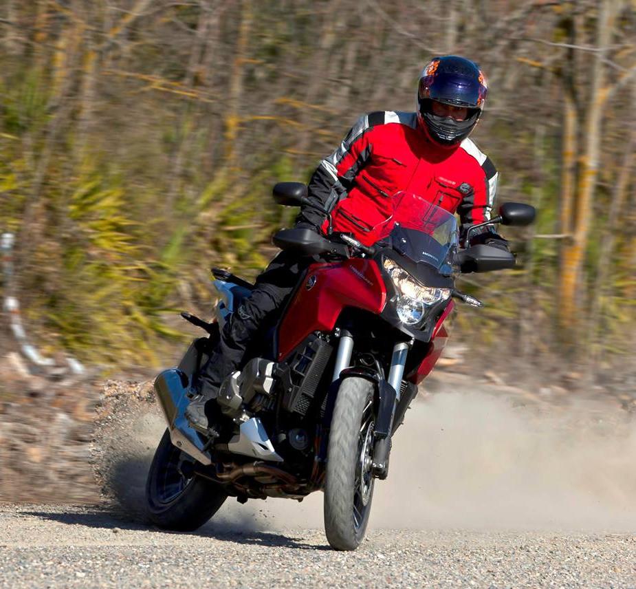 אופנוע הונדה קרוסטורר, אופנוע בהחלקה על הגז בשטח, אלי פנגס, לרכוב על המערכות.