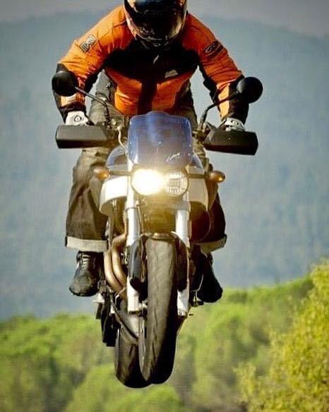 אופנוע ביואל קופץ לאוויר ברקע יער