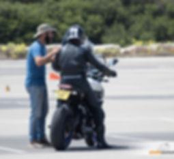 אופנוען מקבל הדרכה במגרש, אופנוען מאומן