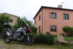 אופנוע במוו לצד וילה טוסקנית