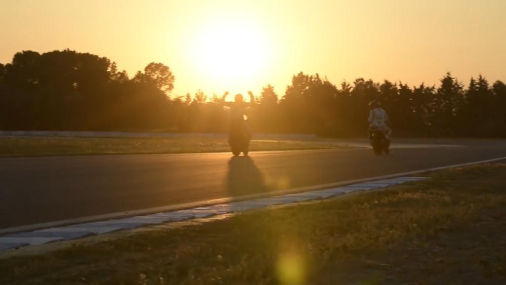 שקיעה על מסלול מרוצים, רוכב מניף ידיים