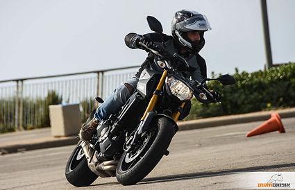 אופנוען בהשכבה במגרש עם קונס ברקע, אופנוען מאומן