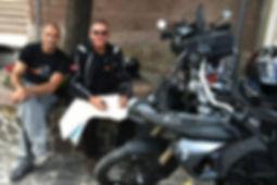 מתכננים מסלול על מפה לצד אופנועים
